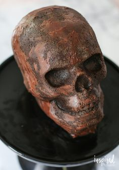 In need of a delicious and spooky Halloween dessert recipes? Then try this Chocolate Skull Cake with chocolate glaze for a delicous and spooky dessert! Creepy Halloween Food, Halloween Desserts, Halloween Treats, Halloween 2020, Halloween Party, Baking Recipes, Cake Recipes, Dessert Recipes, Walking Dead Birthday Cake