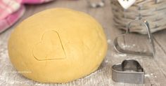 La pasta frolla è una delle preparazioni base più usate in cucina, provate questa ricetta e non la cambierete mai più, è perfetta e non si rompe!