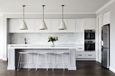 Private Residence in Bentleigh featuring Saddle flooring.  Builder — Thomas Archer Homes Interiors — Aimee Tarulli Hamptons Kitchen, Hamptons House, The Hamptons, Australian Architecture, New Kitchen, Kitchen Ideas, Kitchen Designs, Kitchen Reno, Kitchen Inspiration