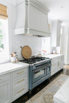 Kitchen Remodeling: Choosing Your New Kitchen Cabinets - Kitchen Remodel Ideas Classic Kitchen, New Kitchen, Kitchen Dining, Kitchen Decor, Kitchen Cabinets, Kitchen Ideas, 10x10 Kitchen, Kitchen Cupboard, Awesome Kitchen