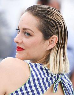 Les cheveux mouillés plaqués en arrière de Marion Cotillard à Cannes Wet Look Hair, Wet Hair, Hair Ponytail Styles, Ponytail Hairstyles, Kristen Stewart, Marion Cotillard, Lea Seydoux, La Croisette, Leila
