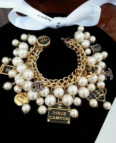 Pearls Necklaces - the only thing that a woman should not be without Jewelry Accessories, Fashion Accessories, Jewelry Design, Fashion Jewelry, Diy Jewelry, Jewelry Necklaces, Chanel Jewelry, Pearl Jewelry, Chanel Bracelet