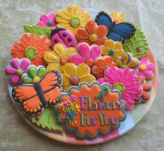 OK, I totally want to make this kind of platter for my dear girly friends!  LOVE the yellow-green-orange sprinkles on the big chrysanthemum / daisy flowers!!