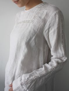 White linen blouse with lace insertion. Pair w/distressed, army green (short) cargo shorts from Calypso and gladiator sandals. Mode Style, Style Me, Ethno Style, Look Boho, Linen Blouse, Linens And Lace, Mode Outfits, Fashion Outfits, Girl Outfits