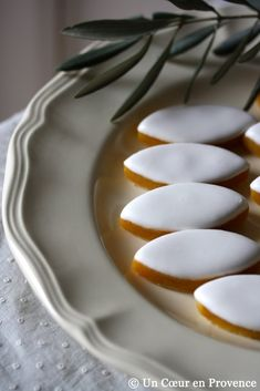 A few olive branches & delicious calissons - Traditional French confection from Provence Desserts Français, French Desserts, French Food, Macarons, Gourmet Recipes, Cookie Recipes, French Patisserie, Galletas Cookies, Pasta