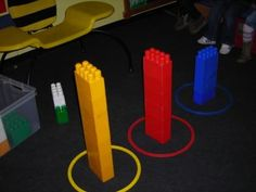 Sorteren: Toren bouwen volgens kleur. Ook leuk met domino steentjes