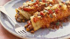 Bunt gefüllt: Pfannkuchen auf mexikanische Art (Enchiladas) | http://eatsmarter.de/rezepte/pfannkuchen-auf-mexikanische-art-enchiladas