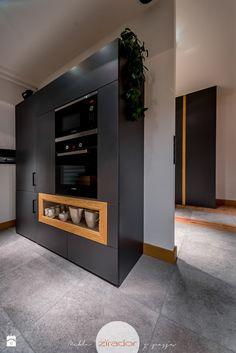 Wystrój wnętrz - Kuchnia ze strefą gotowania - pomysły na aranżacje. Projekty, które stanowią prawdziwe inspiracje dla każdego, dla kogo liczy się dobry design, oryginalny styl i nieprzeciętne rozwiązania w nowoczesnym projektowaniu i dekorowaniu wnętrz. Obejrzyj zdjęcia! Lockers, Locker Storage, How To Plan, Cabinet, Interior, Furniture, Home Decor, Design, Clothes Stand