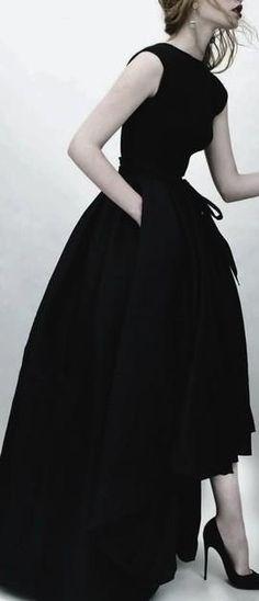 Drapé plus court sur le devant pour faciliter la marche, les mains dans les poches magnique robe de soirée noire
