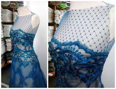 Vestido de renda soutache com o forro nude e detalhe no decote com tule. Sua cor: azul petróleo. #vestido #dress #tule #soutache