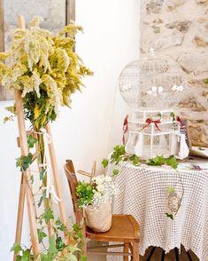 Quelques accessoires de notre stock personnel, une jolie cage à oiseaux chinée chez @emmausfrance, un soupçon de mise en scène et voici une belle ambiance pour cette table urne/livre d'or que nous avons réalisé ce week-end. #brocante #chine #vintage #emmaus #antique #instadecor #deco #consommerautrement #recup #upcycling #wedding #weddingdesign #mariagevintage #champetre #weddinginspiration Emmaus, Week End, Decoration, Bar Cart, Voici, Ladder Decor, Table, Furniture, Home Decor