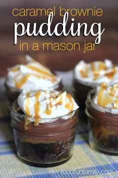 PUT IN MARSHMALLOWS Gooey caramel brownie pudding in a jar recipe - I don't know what layer I love more. The fresh-baked brownie, the caramel ice cream sauce, the chocolate pudding, or the whipped cream. Put them together and it's the perfect dessert! Mason Jar Pies, Mason Jar Desserts, Mason Jar Meals, Meals In A Jar, Mason Jar Cupcakes, Mini Desserts, Chocolate Desserts, Easy Desserts, Dessert Recipes