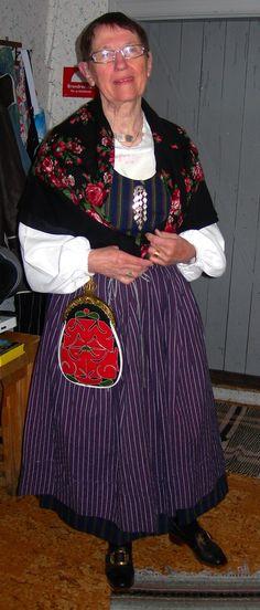 Kvinna i folkdräkt från Söderala, Hälsingland.