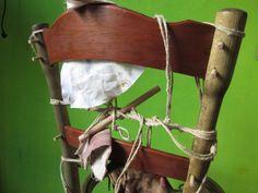 Spinatura di una sedia thonet di fine 800 legata con corde.