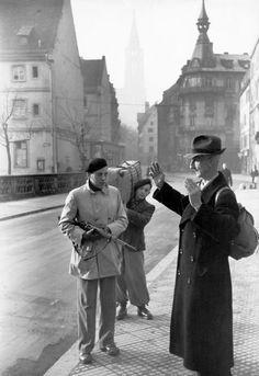 FRANCE. World War II. Liberation. Alsace. 1944. Résistant FFI (Forces Françaises de l'Intérieur) interpellant un homme suspecté d'être un agent de la Gestapo ou un officier allemand en fuite.