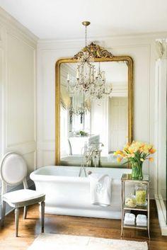 baignoire ancienne et robinetterie ancienne, salle d'eau. sol en parquet clair