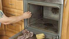 Cleaning the oven: home remedies that make the oven shine againClean the oven with these household remedies. Let your oven shine in a new light.Cleaning the oven: home remedies that make the oven shine again Deep Cleaning Tips, House Cleaning Tips, Spring Cleaning, Cleaning Hacks, Diy Hacks, Cleaning Services, Oven Cleaner, Clean Baking Pans, Cleaning Painted Walls