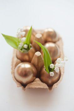 Pasen met bronzen / koperen eieren. ... mooi in een industrieel interieur!
