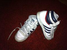 Sneakers adidas comode per la vita di tutti i giorni bianche con strisce blu, prendo la mia ispirazione dalla tv..