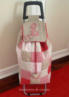 Find a cheap granny trolley and make a new cover for it to make it look less like a granny trolley. Fabric Crafts, Sewing Crafts, Sewing Projects, Patchwork Bags, Quilted Bag, Love Sewing, Hand Sewing, Diy Sac, Old Suitcases