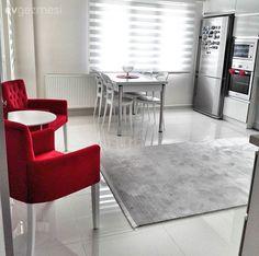 Geniş mutfakta çok zaman geçirince bir keyifli kahve köşesi şart olmuş. Mutfağın aksesuarlarına uyumlu kırmızı renkli koltuklar dekoru tamamlıyor. Mutfak masası İzmir Kısıkköy; sandalyeler Akhisar İstikbal'den alınmış.. Yorumları bekleriz!