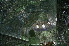 """ARQUITETURA  - Essa é a mesquita de Shah Cheragh (""""Rei da Luz"""" em persa), em Shiraz, no Irã, um local de grande beleza no meio do conturbado Oriente Médio.   O interior desse templo é todo brilhante, tendo toda a superfície das paredes cobertas com cacos de vidro e espelho."""