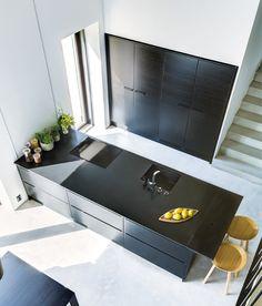 Pelkistetty minimalistinen muotokieli ja väritys antavat vapaammat kädet muuhun sisustukseen. A la Carte -keittiöt, ovimallit Zero ja Moderato.   #keittiö #kitchen