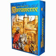 Quest'oggi ci catapultiamo nel pieno medio evo europeo.Carcassonne è un gioco adatto a tutti: ragazzi, adolescenti, adulti, nonni!Vincitore nel 2001 dello Spiel des Yarhe, il gioco ci catapulta nella costruzione della cittadina di Carcassonne e delle terre che la circondano!Il gioco in breve