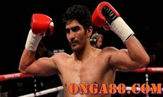 India& star boxers win- भारत के स्टार मुक्केबाज विजें… India& star boxer Vijendra Singh continued his brilliant performance and beat Samet Husinov of Bulgaria in pro boxing and scored a hat-trick of victory. Vijender Singh, Future Of India, Boxing Posters, Sports Update, Packers And Movers, Best Web, S Star, Knock Knock, Sports News