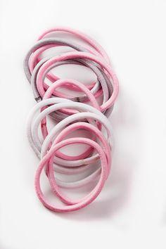Cailapin Roosa nauha -sarjan 12 kappaleen kumilenkkisetti suloisissa pinkin ja harmaan sävyissä! Jokaisesta myydystä tuotteesta Cailap lahjoittaa 10% tuotteen myyntihinnasta Syöpäsäätiön Roosa nauha -rahastoon. Ribbon, Pink, Jewelry, Tape, Jewlery, Jewerly, Band, Schmuck, Ribbon Hair Bows