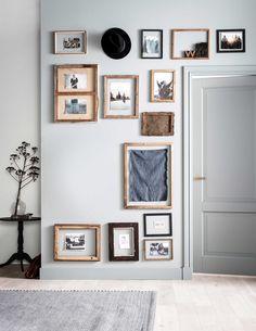 Zeegroene muur met lijstjes | Sea green wall with frames | Fotografie Sjoerd Eickmans | Styling Kim van Rossenberg