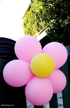 Beautiful decoration ideas for a TWINS birthday party here! It's a garden party for girl and boy with butterflies and frogs and a cute table! - Blog.BirdsParty.com