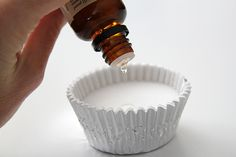 Head Cold Relief: DIY Vicks Vapor Discs 3 c. Baking soda & 1 cup water, mix til putty-like, spoon into 12 muffin liners, let dry overnight. Add drops of essential oils - Eucalyptis for sure, Rosemary Essential Oil Uses, Doterra Essential Oils, Yl Oils, Young Living Oils, Young Living Essential Oils, Homemade Beauty, Diy Beauty, Beauty Care, Beauty Hacks