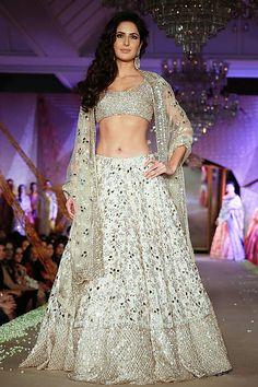 New Fashion, Fashion Show, Ethnic Fashion, Indian Fashion, Walk In, Katrina Kaif Photo, Bollywood Lehenga, Francisco Lachowski, Manish Malhotra