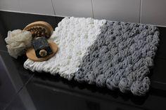 Zuerst das Material aus Textilgarn handstricken und dann die Badematte selbst weben - gleich zwei tolle Handarbeitstechniken an einem Objekt angewendet.
