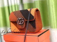 Crochet Mittens Free Pattern, Crochet Tote, Crochet Handbags, Crochet Purses, Knit Crochet, Crochet Patterns, Feather Crafts, Diy Purse, Chanel Handbags