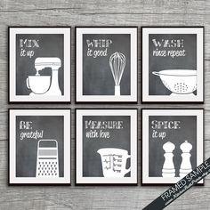 Lustige Küche Art Print Set (Mischer, Schneebesen, Collander, reibe, Messbecher, Gewürze) Set von 6 Kunstdruck (Featured auf Tafel)