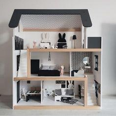Dit DIY monochrome poppenhuis is met 1 woord PRACHTIG! Debbie maakte deze dollhouse en de bijbehorende meubeltjes en vertelt ons hoe.