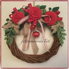 Ghirlanda piccola in midollino con tre rose rosse