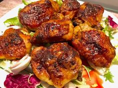 Kurcze pieczone w pysznej marynacie Soczysty, chrupiący i nieziemsko smaczny kurczak z piekarnika. Dzięki smarowaniu mięsa pod koniec pieczenia miodową marynatą, skórka staje się wspaniale rumiana i przepyszna. Polecam! Składniki: 1 kg części z kurczaka (pałki, skrzydełka, podudzia) Przyprawy: 2 łyżeczki drobnej soli pół łyżeczki mielonego pieprzu 1 łyżeczka słodkiej papryki pół łyżeczki ostrej papryki …