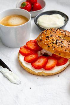 Zelfgebakken New York Style bagels: verser krijg je ze niet! Hier vind je het basisrecept én belegtips. Bagels, Pancakes, Bacon, New York, Bread, Breakfast, Food, Morning Coffee, New York City