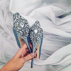 hochzeitsschuhe hellblau Swooning over these sparkly light blue pumps, perfect for your wedding day! Pretty Shoes, Beautiful Shoes, Cute Shoes, Me Too Shoes, Beautiful Bride, Beautiful Images, Dream Shoes, Crazy Shoes, Zapatos Shoes