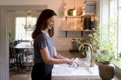 Tiesitkö, että keittiöstäsi löytyy todennäkösesti monia luontaisia aineita, jotka ovat käteviä kodin siivouksessa ja puhdistamisessa? Tässä vinkkejä kodin ekologiseen siivoukseen ja puhdistamiseen. Hana, Diy, Bricolage, Do It Yourself, Homemade, Diys, Crafting