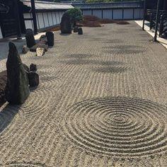 Parola d'ordine dei giardini zen giapponesi? Essenzialità e semplicità. Praticamente la perfezione 🙌🏼. . . . #idtipslive #zengarden . . . . . #japan #kyoto #tofukuji #tofukujitemple #ilovejapan #temple #giapponechepassione #giapponemonamour #instajapan #japanesetemple #japanesegarden #zen #landscape #minimal #architecture #arquitectura #garden #travelphotography #travellers #summer2018 Zen Rock Garden, Land Scape, Kyoto, Minimal, Instagram