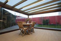 Cerramiento completo en un porche con techo acristalado