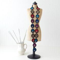 Colar livre do pavão do teste padrão do crochet por TheCurioCraftsRoom