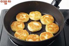 과일 대신 입에 착 붙는 '구운감자 찹쌀떡' : 네이버 포스트 Griddle Pan, Food And Drink, Bread, Grill Pan, Brot, Baking, Breads, Buns