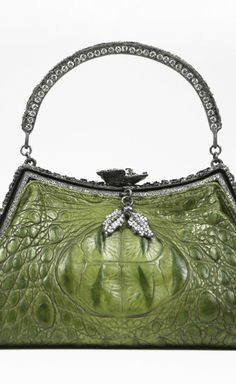 For many ladies, getting an authentic designer handbag is not really something to dash into. As these handbags can be so high priced, ladies typically agonize over their decisions prior to making an actual bag acquisition. Vintage Purses, Vintage Bags, Vintage Handbags, Vintage Green, Beautiful Handbags, Beautiful Bags, Handbags On Sale, Purses And Handbags, Ladies Handbags