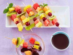 Nauti hedelmä hauskalla tavalla! Hedelmävartaat sopivat yhdessä kokkailuun ja lasten kanssakin koottaviksi. Pistä tikkuun lempihedelmiäsi suupaloina, keitä...