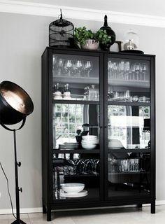 Ytkeamer - witte servieskast (eventueel zwart schilderen) bij tafel (past dat tussen houtkachel en tafel in?)